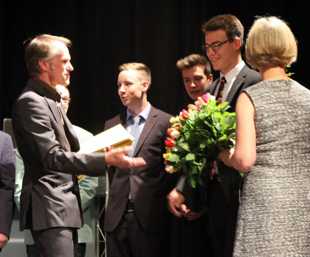 ➢Im Rahmen der Entlassfeier des 10. Jahrgangs der Fritz-Winter-Gesamtschule erhielt jeder Schüler sein Zeugnis und eine Rose – hier von der Klassenleitung mit Marianne Scherf und Berthold Jaster.