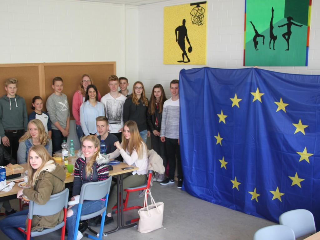 Beim ersten EU-Projekttag in der Fritz-Winter-Gesamtschule durfte in der Klasse 9.6 beim europäischen Frühstück die Europafahne nicht fehlen.