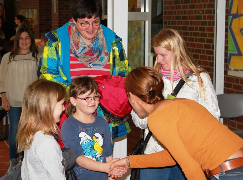 Beim Familienessen der Fritz-Winter-Gesamtschule am Samstag wurden alle zukünftigen Kinder und deren Eltern persönlich begrüßt und begleitet – hier von der Schulsozialarbeiterin Hannife Güneri.
