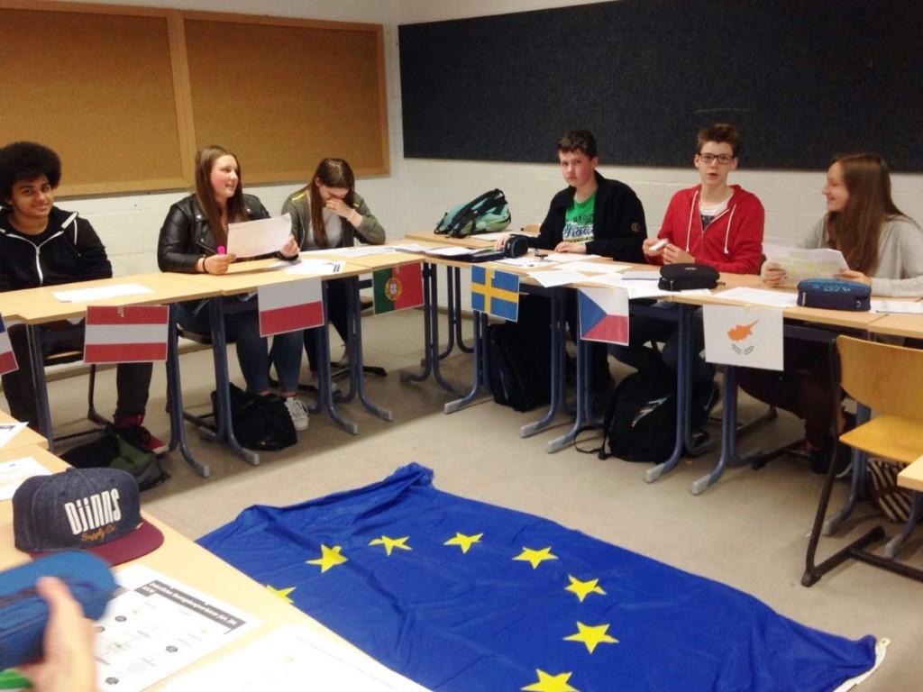 Mit Unterstützung der NRW-Staatskanzlei wurde die Klasse 9.4 der Fritz-Winter-Gesamtschule durch das Civic Institut für internationale Bildung zur intensiven Auseinandersetzung mit europäischen Fragen angeregt.