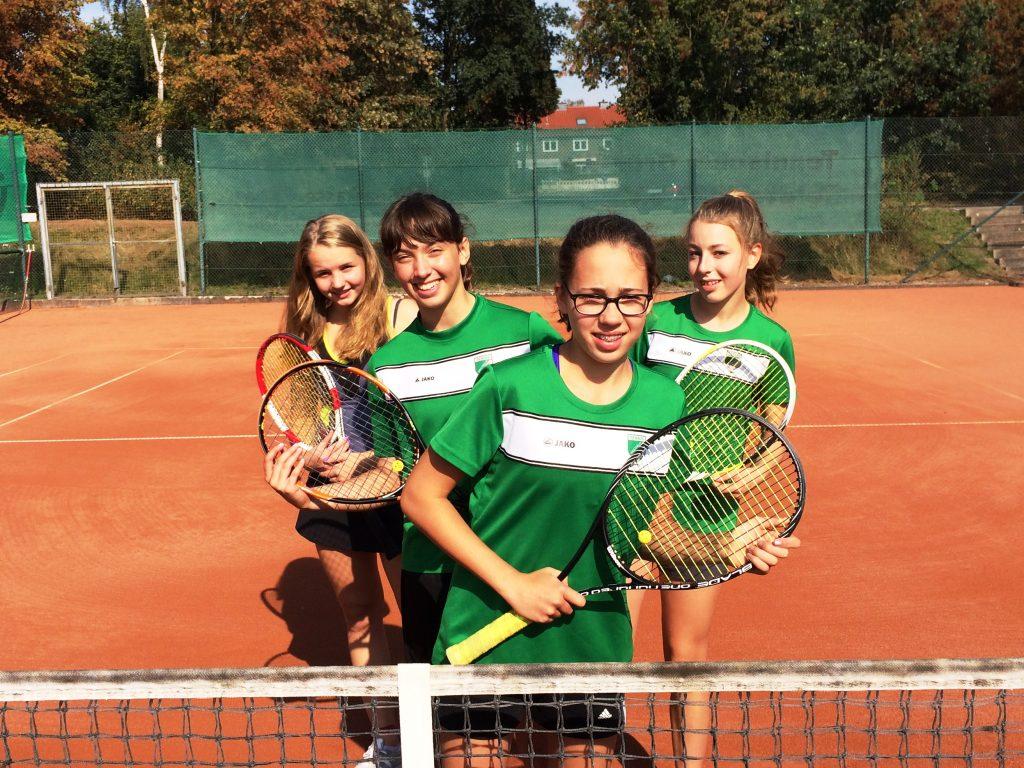 Die Tennis-Mädchen der Fritz-Winter-Gesamtschule sind Kreismeister (von links nach rechts): Nike Scheffler, Kelly-Ann Lohmann, Deike Burg und Charlotte Gummich.