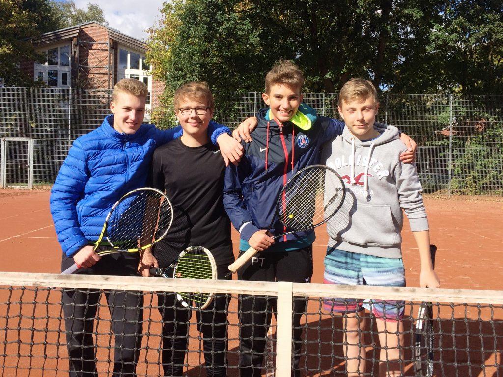 Die Tennis-Jungen der Fritz-Winter-Gesamtschule (von links nach rechts): Noah Fitzon, Ron Schlenker, Phil Tönspeterotto und Luke Bornemann