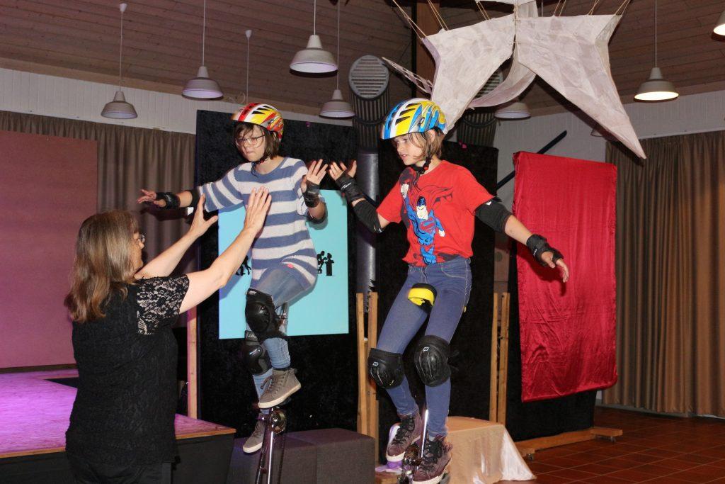 Mit Sketchen, einem Rap und akrobatischen Leistungen auf Ein-und Hochrädern zeigten Schüler der Fritz-Winter-Gesamtschule ihr Können.
